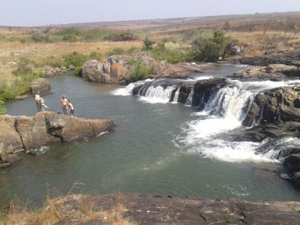 El cooperante y dos amigos bañándose en Angola