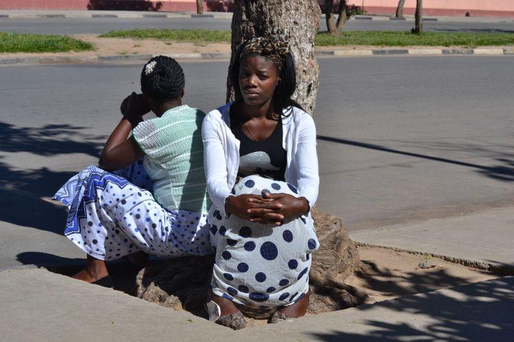 Mujeres sentadas en la Avenida