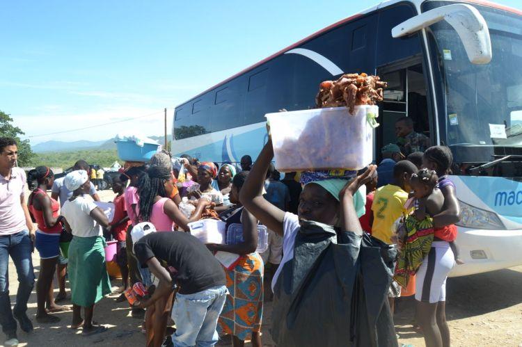 Vendiendo pollo frito en la primera parada camino de Huambo