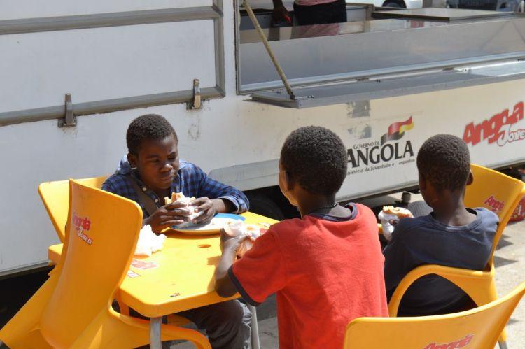 Ninos desayunando en la Rua da Santa Esperanza