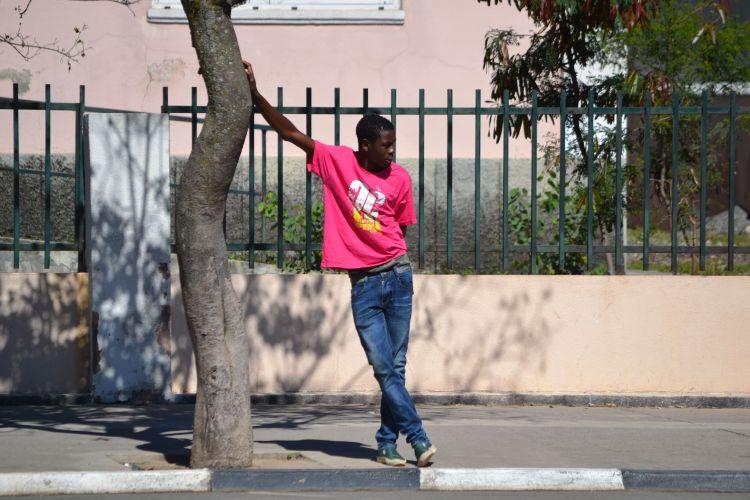 Joven en la Avenida central de Kuito