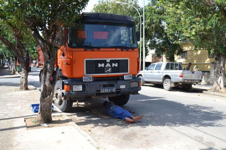 Arreglando el camión