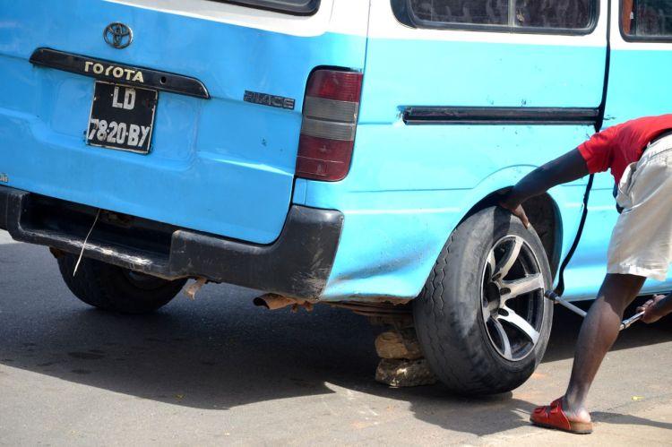 Cambio de rueda sin gato.  Carencias en kuito