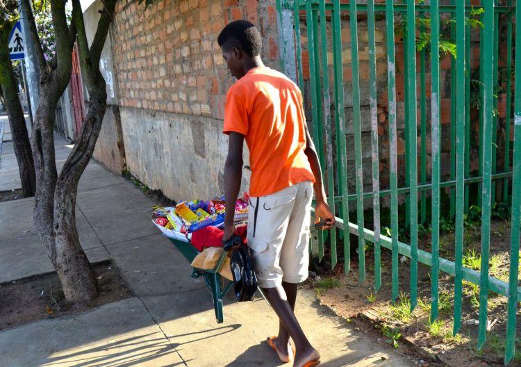 Vendedor ambulante en el centro de Kuito