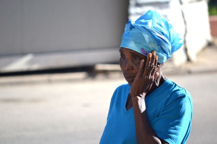Mujer apesadumbrada en Kuito