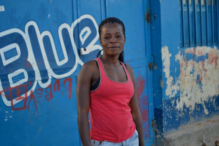 Mujer de un barrio de Kuito