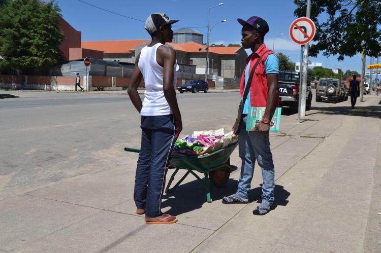 Dos vendedores en la Rua de Santa Esperanza