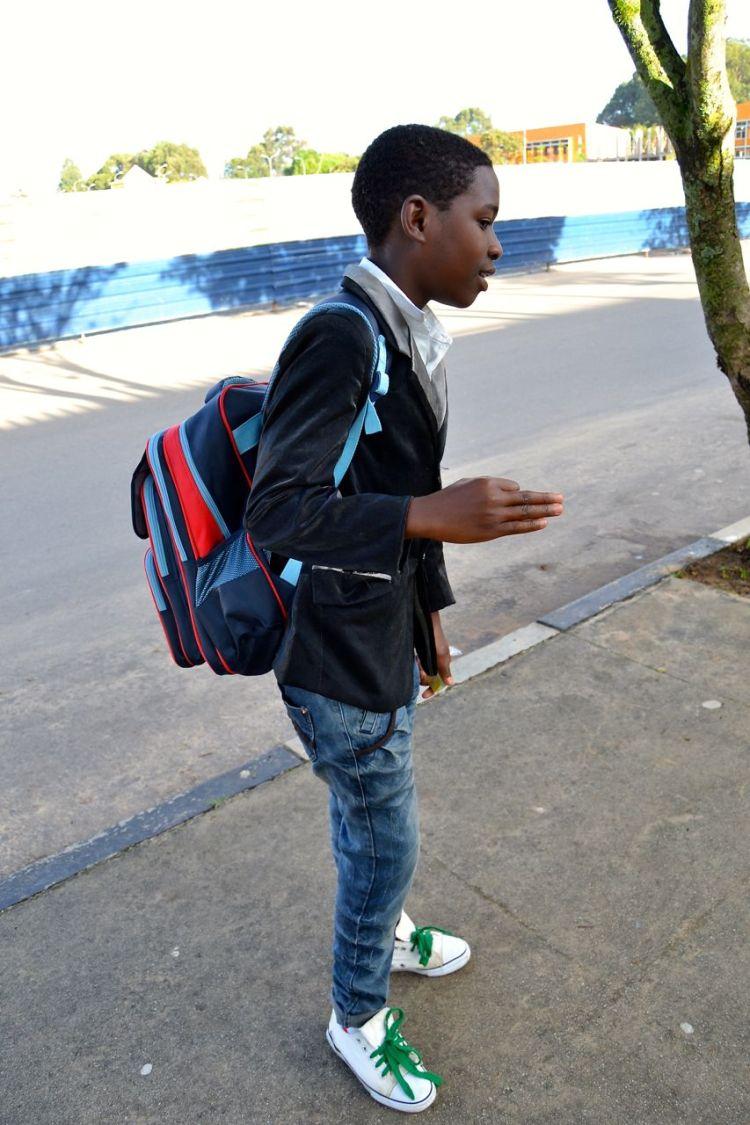 Alumno elegante caminho del colegio