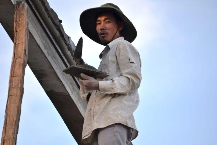 Un chino trabajando al anochecer del domingo