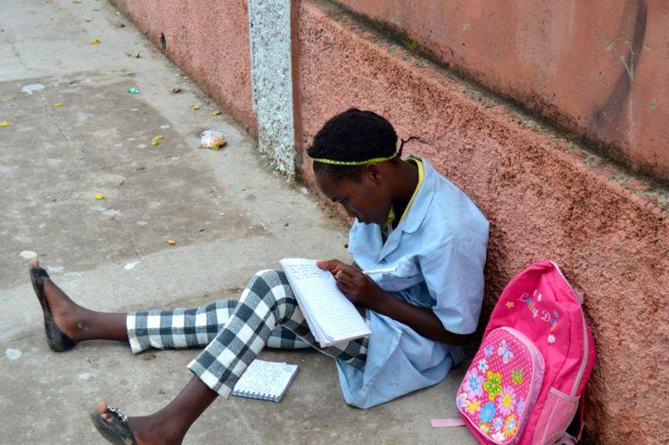 Haciendo los deberes antes de entrar en el colegio