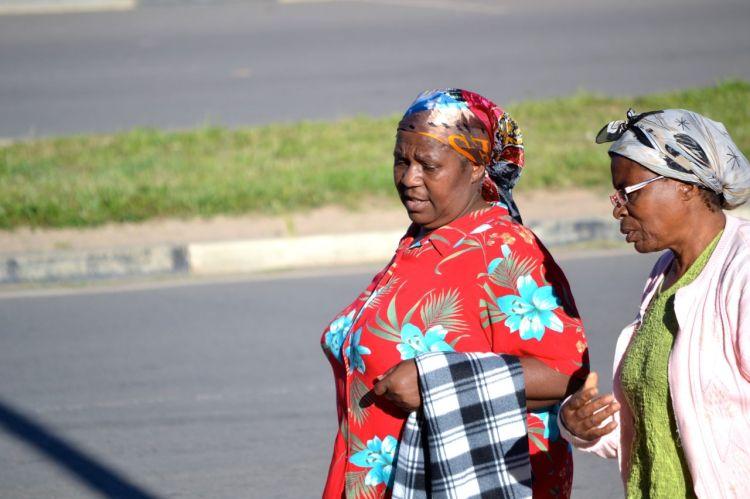 Mujeres charlando en la Avenida