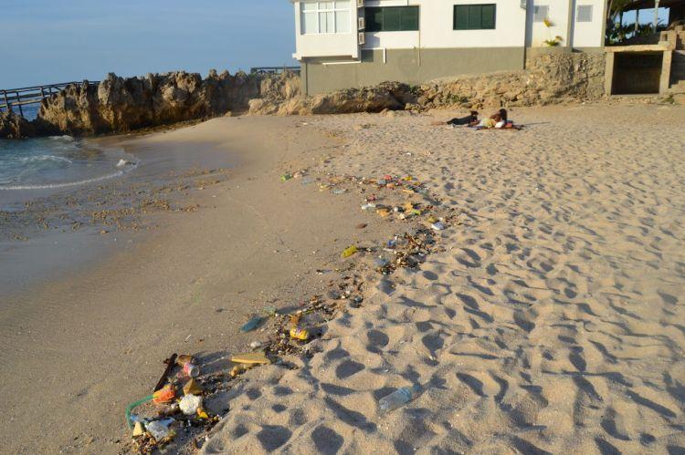 Playa de Caotiña con la casa del rico al fondo