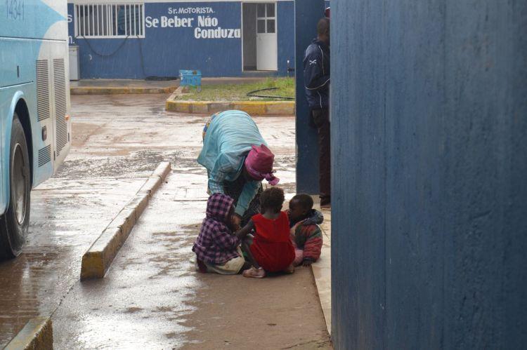 Instruyéndolos para que no se desesperen esperando  el bus.  En Huambo
