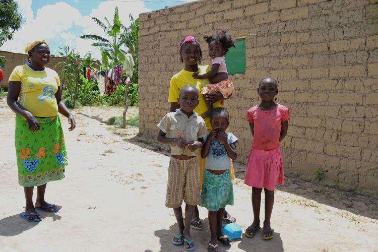 La mujer com todos sus hijos y una vecina