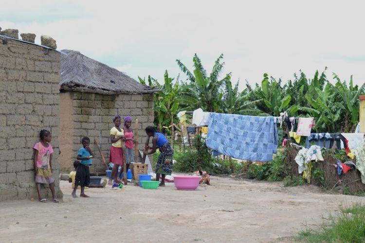 Las mujeres moliendo mandioca
