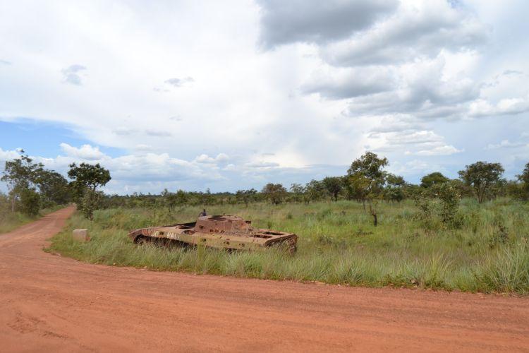 Restos de la guerra en la carretera a Nharea