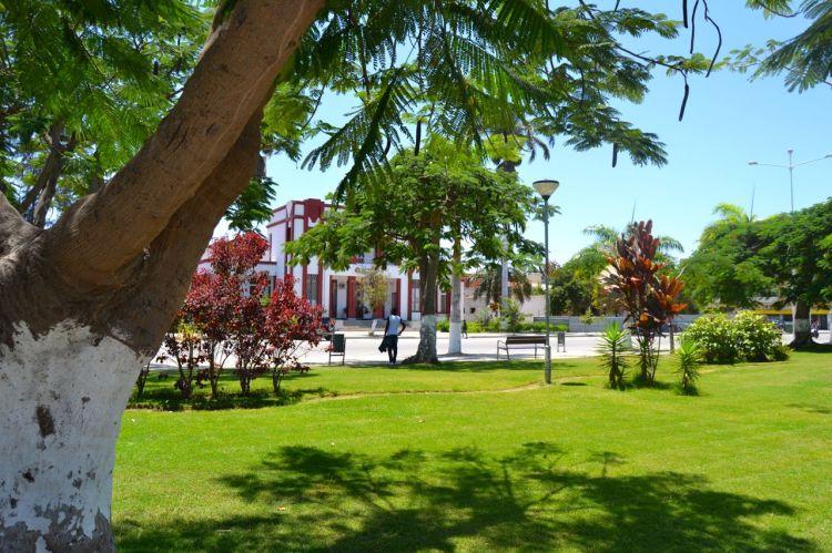 Jardines frente al Palacio del Comité Provincial de Benguela