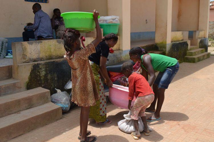 Le llevan maiz a vender a la cantina de Lukitondi Ntete