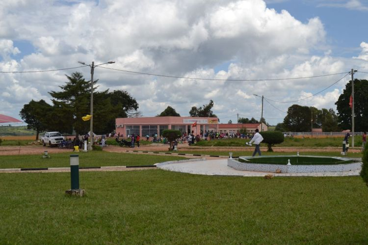 Jardines delante del Ayuntamiento de Nharea