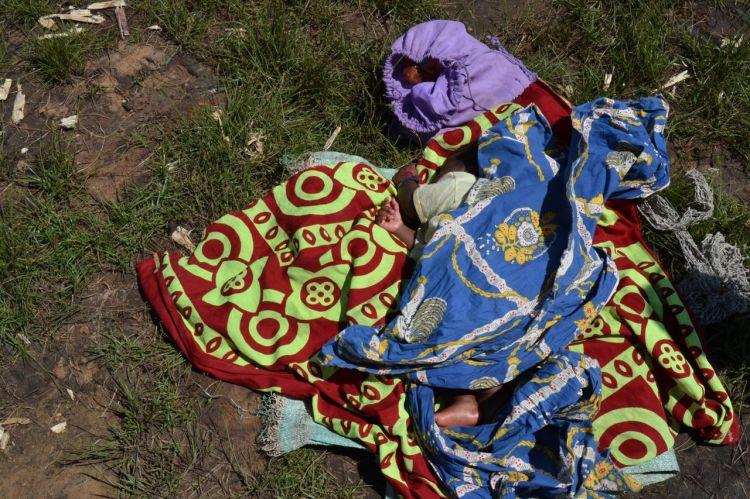 Niño dormido junto al rio de Sakalulu