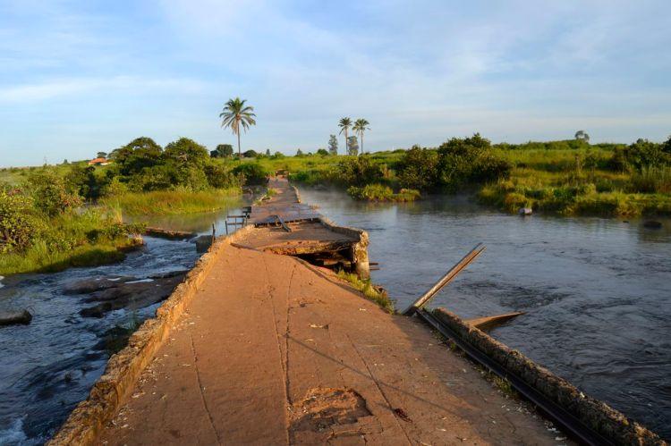 Los primeros rayos del sol sobre el puente en Kuemba