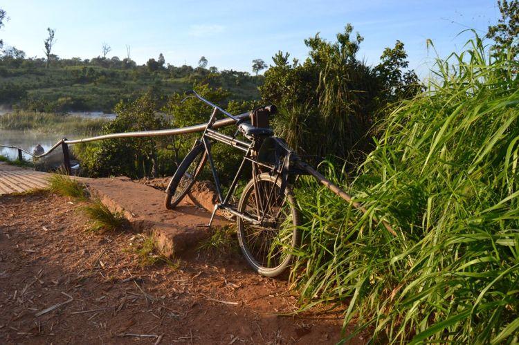 La bicicleta aparcada mientras se acicala en el Kuemba