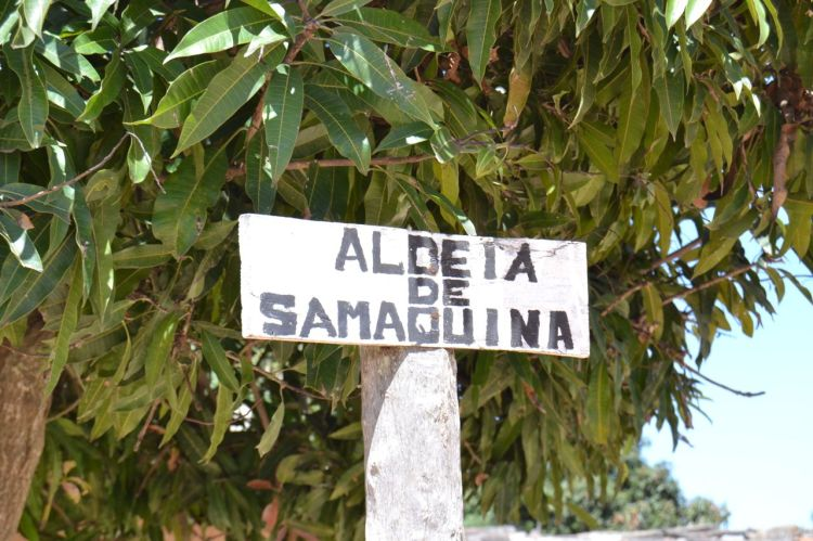 Letrero en el centro de la aldea