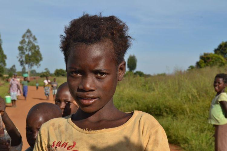 Una niña camino de la escuela