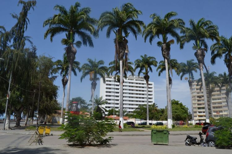 Plaza junto a la playa Morena