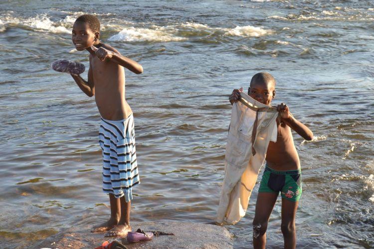 Bañándose en el Kuemba