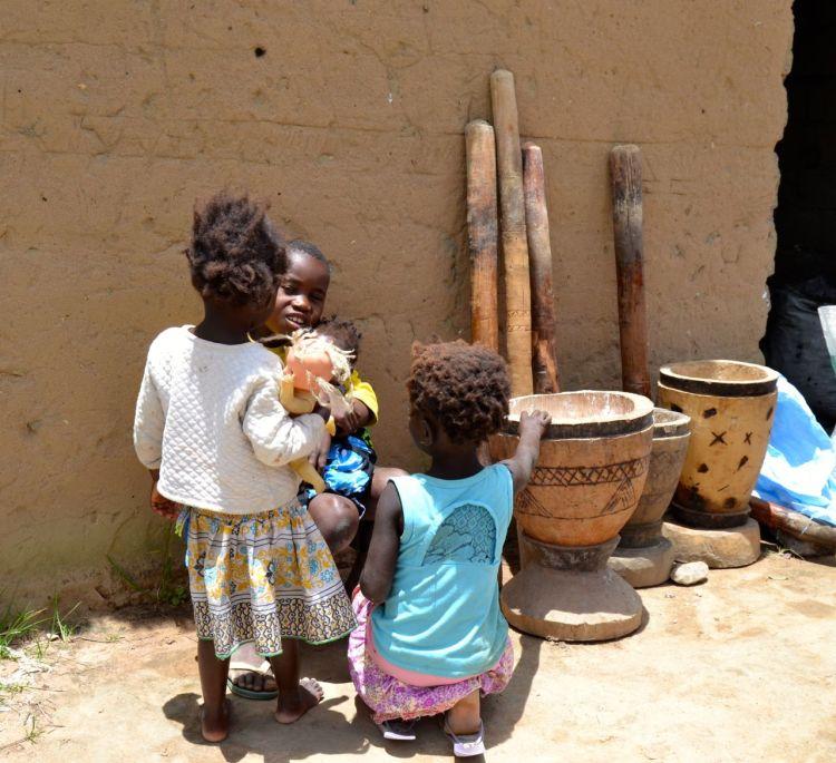 Niños junto a los morteros de la mandioca.