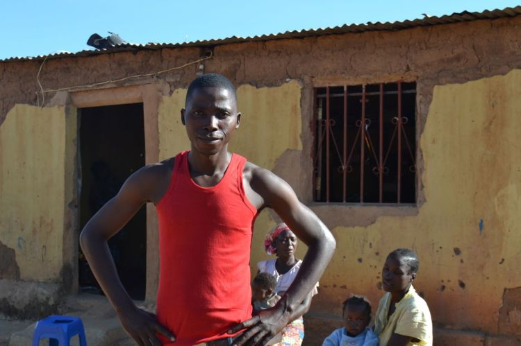 El padre de familia delante de su casa