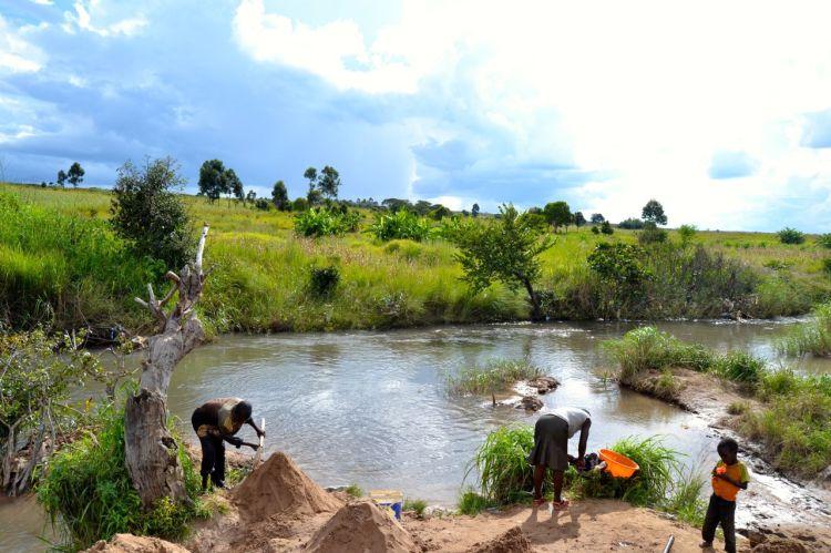 Sacando arena del rio.  Nharea