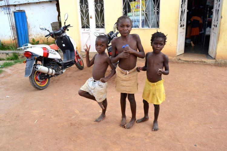 Niños en Andulo.  En donde compramos el insecticida