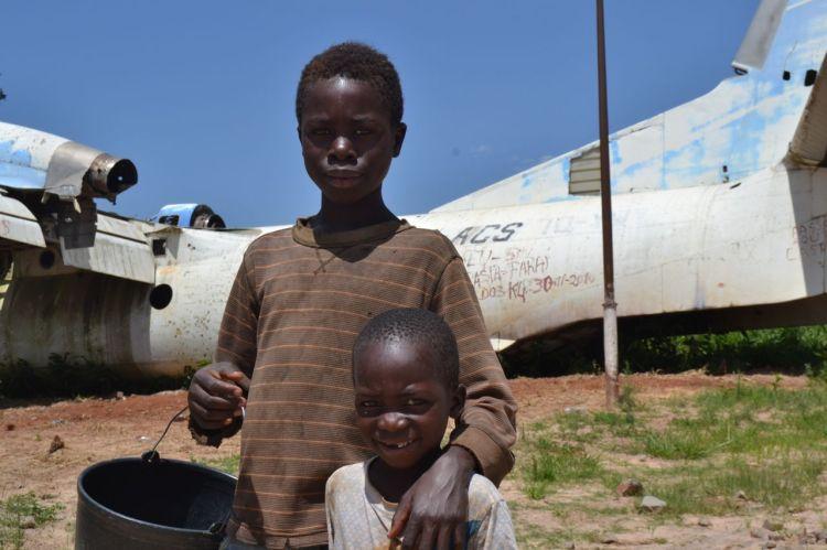 Dos hermanos delante del avión derribado