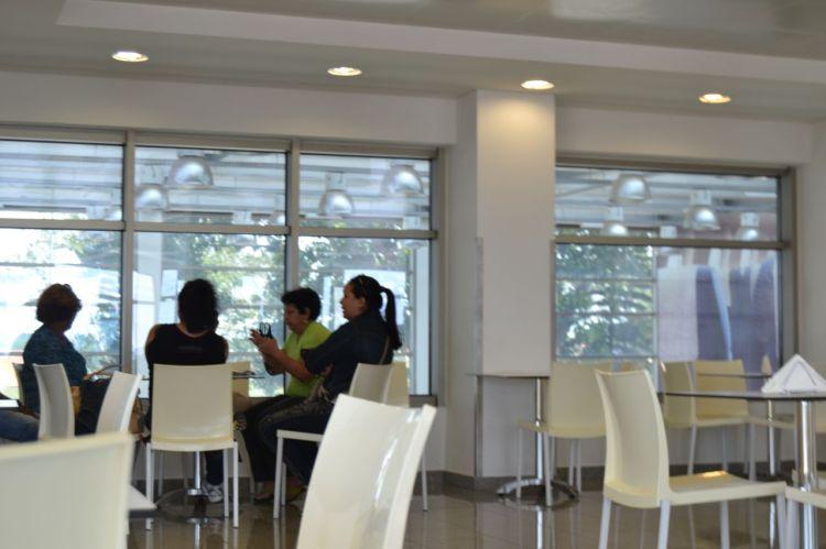 Mujeres cubanas charlando en la cafetería del aeropuerto de Huambo