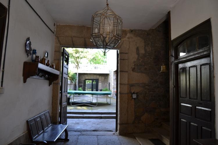 Interior del portal de una casa grande en Medina Seca