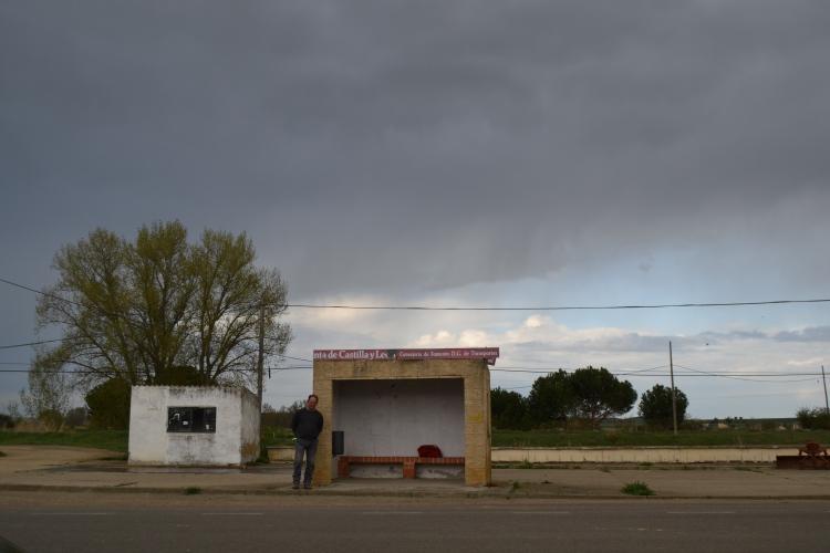 esperando el bus en Población de Campos