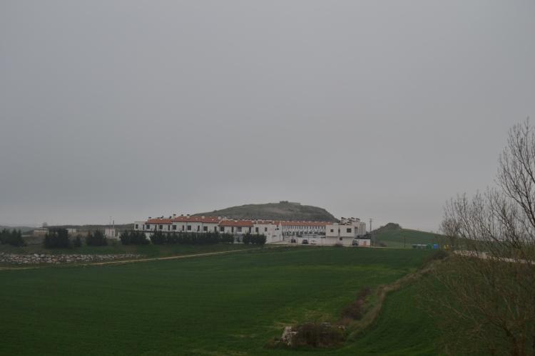 Urbanización en medio del campo donde está el cruce para Castañares