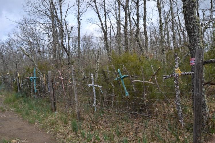 Camino de Rabanal vuelven las cruces. Ahora de colores