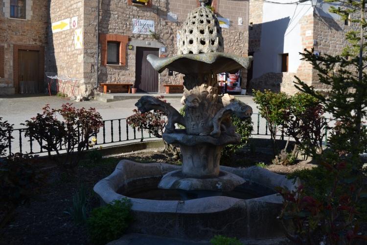Fuente que adorna una plaza en Rabé