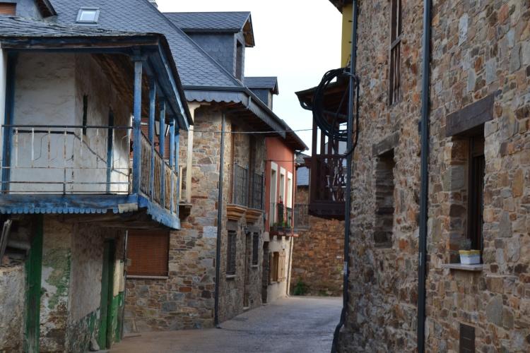 Calle de Riego de Ambrós por donde se va al bar de al lado de la Iglesia