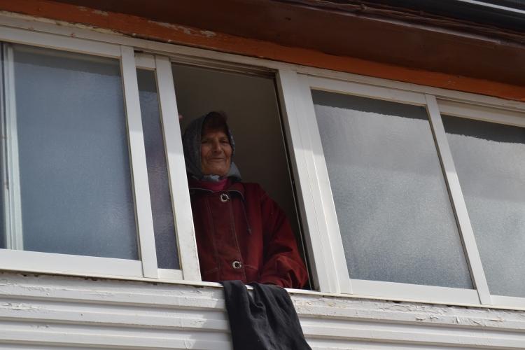 La mujer que me indicó, cuando barría delante de su casa, que la dueña del bar iba en el dentista en Ponferrada