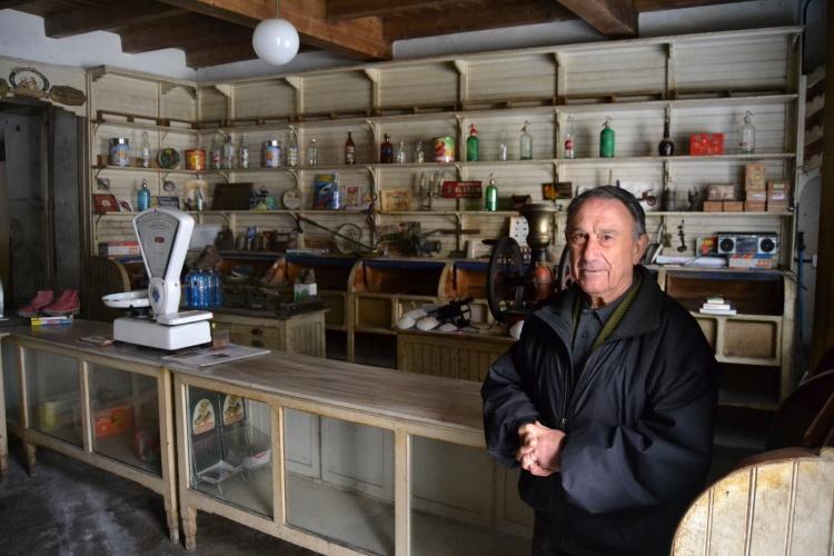 el vendedor de conchas en su comercio