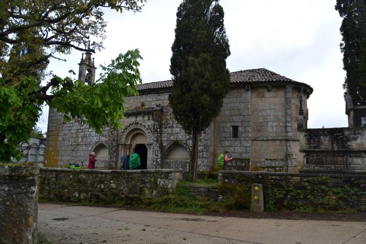 Iglesia a la salida de Melide. peregrinos sellando su credencial
