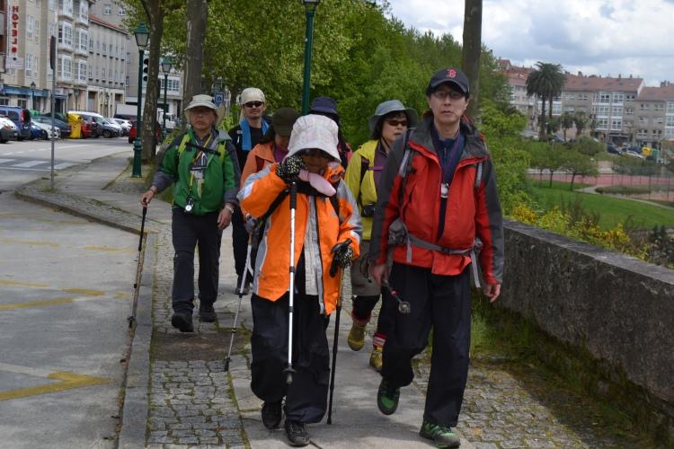 Peregrinos japoneses entrando en Santiago