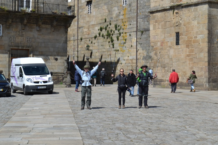 Peregrinos celebrando la llegada a la Plaza do Obradoiro