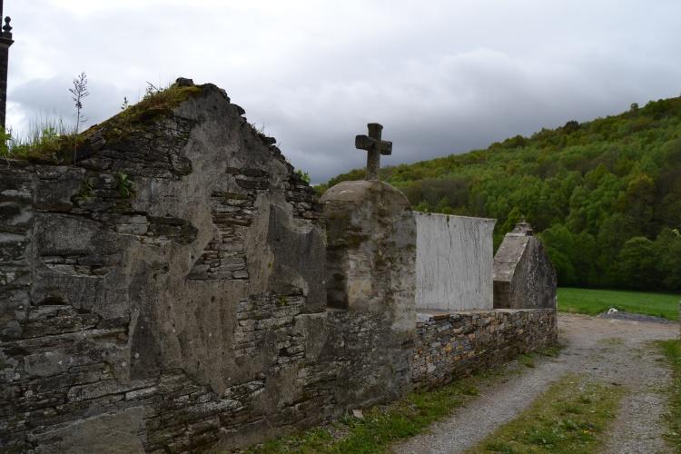 El cementerio que cierra la iglesia. Triacastela