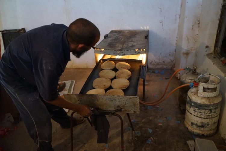 Metiendo el pan en el horno.