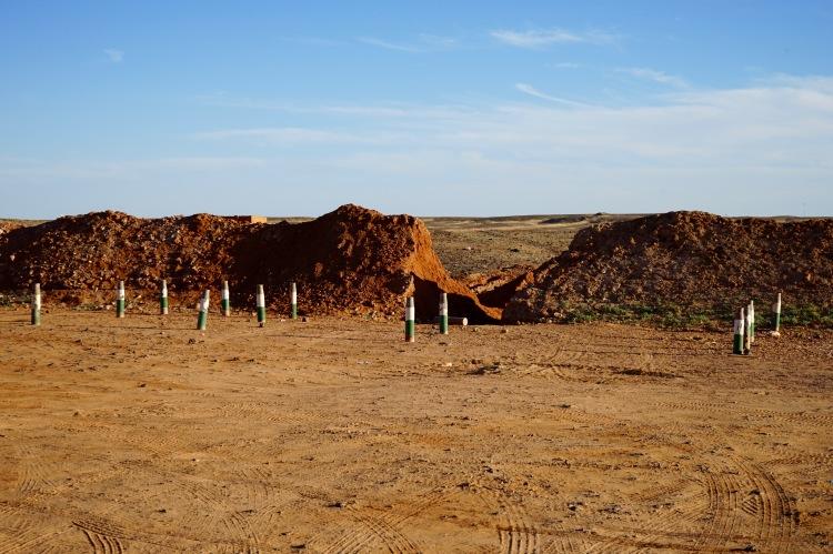 Muro de arena, primera protección periférica. abierto para desaguar las lluvias de octubre pasado.